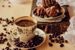 Muffins βανίλιας με το φρέσκο καφέ για το πρόγευμα σε ένα μαύρο υπόβαθρο Στοκ Φωτογραφία