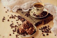 Muffins βανίλιας με το φρέσκο καφέ για το πρόγευμα σε ένα μαύρο υπόβαθρο Στοκ εικόνες με δικαίωμα ελεύθερης χρήσης