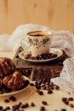 Muffins βανίλιας με το φρέσκο καφέ για το πρόγευμα σε ένα μαύρο υπόβαθρο Στοκ Εικόνα