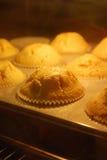 Muffins βανίλιας ψησίματος στον καυτό φούρνο Στοκ Εικόνες