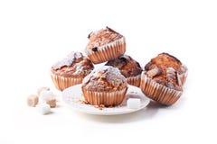 Muffins ζάχαρης που απομονώνονται πέρα από το λευκό Στοκ Φωτογραφίες
