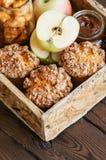 Muffins θίχουλων κανέλας της Apple, αλατισμένη σάλτσα καραμέλας, καρυκεύματα μέσα Στοκ Εικόνα