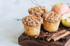 Muffins θίχουλων κανέλας της Apple σε έναν ξύλινο πίνακα Άσπρο BA πετρών Στοκ φωτογραφία με δικαίωμα ελεύθερης χρήσης