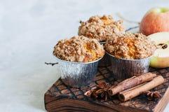 Muffins θίχουλων κανέλας της Apple σε έναν ξύλινο πίνακα Άσπρο BA πετρών Στοκ εικόνα με δικαίωμα ελεύθερης χρήσης