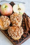 Muffins θίχουλων κανέλας της Apple σε έναν ξύλινο πίνακα Άσπρο BA πετρών Στοκ Φωτογραφίες