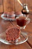 Muffins και καφές σοκολάτας σε ένα μικρό φλυτζάνι γυαλιού Στοκ εικόνα με δικαίωμα ελεύθερης χρήσης
