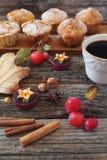 Muffins και φλιτζάνι του καφέ της Apple Στοκ Εικόνα