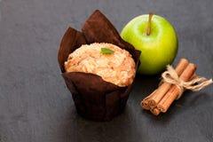 Muffins κανέλας της Apple στο μαύρο υπόβαθρο πετρών Στοκ Εικόνες