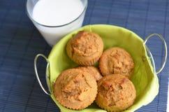 Muffins καρότων σε ένα πράσινο καλάθι σε μια μπλε ποδιά στοκ φωτογραφία