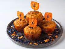 Muffins κολοκύθας για το κόμμα παιδιών αποκριών στο λευκό Στοκ εικόνα με δικαίωμα ελεύθερης χρήσης