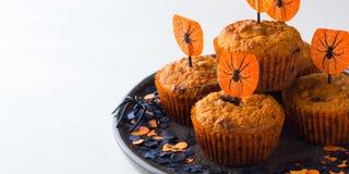 Muffins κολοκύθας για το κόμμα παιδιών αποκριών στο λευκό Στοκ εικόνες με δικαίωμα ελεύθερης χρήσης