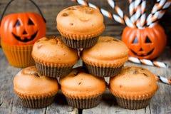 Muffins κολοκύθας σοκολάτας αποκριών για το τέχνασμα ή μεταχειρίζονται τη νύχτα Στοκ φωτογραφία με δικαίωμα ελεύθερης χρήσης