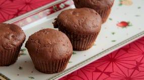 Muffins μελοψωμάτων το σκοτεινό βούτυρο κακάου και δαμάσκηνων που εξυπηρετείται με στο πιάτο Χριστουγέννων στοκ φωτογραφίες