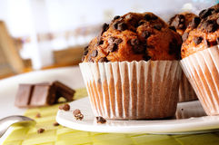 Muffins με τα τσιπ σοκολάτας στον πίνακα στοκ φωτογραφία με δικαίωμα ελεύθερης χρήσης