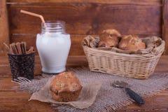 Muffins με τις σταφίδες και το γάλα Στοκ φωτογραφία με δικαίωμα ελεύθερης χρήσης