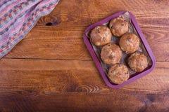 Muffins με τις σταφίδες στο ξύλινο υπόβαθρο Τρόφιμα έννοιας Στοκ εικόνα με δικαίωμα ελεύθερης χρήσης