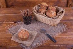 Muffins με τις σταφίδες στο ξύλινο υπόβαθρο Τρόφιμα έννοιας Στοκ Εικόνα