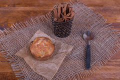 Muffins με τις σταφίδες στο ξύλινο υπόβαθρο Τρόφιμα έννοιας Στοκ Φωτογραφίες