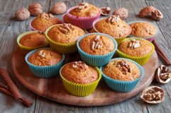 Muffins ξύλων καρυδιάς με την κανέλα Στοκ φωτογραφία με δικαίωμα ελεύθερης χρήσης