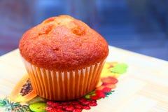 Muffins Πάσχας με το συμπυκνωμένο γάλα στο γλυκό σγουρό πολύχρωμο κάλυμμα στοκ φωτογραφία