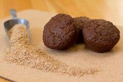 Muffins πίτουρου με το πίτουρο σε μια πιατέλα Στοκ εικόνα με δικαίωμα ελεύθερης χρήσης