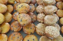 Muffins που τυλίγονται ανάμεικτα στο πλαστικό Στοκ εικόνα με δικαίωμα ελεύθερης χρήσης