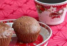 Muffins σοκολάτας με τα καρυκεύματα μελοψωμάτων, το βουτύρου και σκοτεινό κακάο δαμάσκηνων στοκ εικόνες