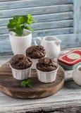 Muffins σοκολάτας σε ένα μπλε ξύλινο υπόβαθρο στοκ εικόνες με δικαίωμα ελεύθερης χρήσης