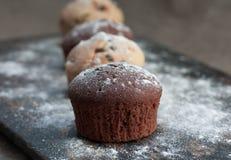 Muffins στην αγροτική φλούδα αρτοποιείων Στοκ Εικόνα