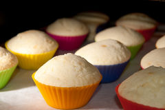 Muffins στο φούρνο Στοκ φωτογραφίες με δικαίωμα ελεύθερης χρήσης