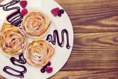 Muffins της Apple με τα σμέουρα και τα βακκίνια και τη σάλτσα σοκολάτας Στοκ εικόνες με δικαίωμα ελεύθερης χρήσης