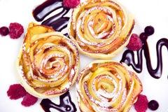 Muffins της Apple με τα σμέουρα και τα βακκίνια και τη σάλτσα σοκολάτας Στοκ φωτογραφία με δικαίωμα ελεύθερης χρήσης