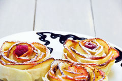 Muffins της Apple με τα σμέουρα στο κέντρο Στοκ Φωτογραφία