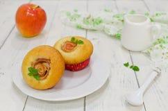 Muffins της Apple με τα φρέσκα μήλα Στοκ Εικόνες