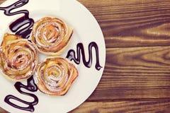 Muffins της Apple με τη σάλτσα σοκολάτας Στοκ Εικόνες
