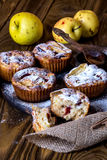 Muffins της Apple με το κύπελλο του μελιού Στοκ φωτογραφίες με δικαίωμα ελεύθερης χρήσης
