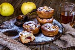 Muffins της Apple με το κύπελλο του μελιού Στοκ φωτογραφία με δικαίωμα ελεύθερης χρήσης