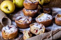 Muffins της Apple με το κύπελλο του μελιού Στοκ Εικόνες