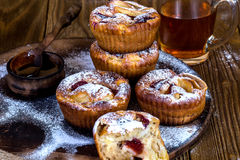 Muffins της Apple με το κύπελλο του μελιού Στοκ Φωτογραφίες