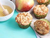 Muffins της Apple με streusel το κάλυμμα Στοκ εικόνα με δικαίωμα ελεύθερης χρήσης