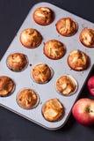 Muffins της Apple σε έναν κάτοχο Στοκ Εικόνες