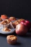 Muffins της Apple σε έναν κάτοχο Στοκ εικόνες με δικαίωμα ελεύθερης χρήσης