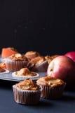 Muffins της Apple σε έναν κάτοχο Στοκ εικόνα με δικαίωμα ελεύθερης χρήσης
