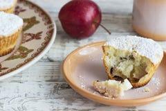 Muffins της Apple σε ένα ξύλινο υπόβαθρο Στοκ Εικόνες