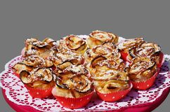 Muffins τριαντάφυλλων της Apple σε ένα κόκκινο πιάτο κέικ Στοκ εικόνα με δικαίωμα ελεύθερης χρήσης