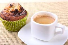 Muffins τσιπ σοκολάτας με τον καφέ στο ξύλινο υπόβαθρο στοκ φωτογραφίες