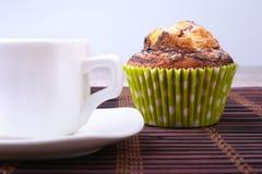 Muffins τσιπ σοκολάτας με τον καφέ στο ξύλινο υπόβαθρο στοκ εικόνες