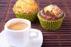 Muffins τσιπ σοκολάτας με τον καφέ στο ξύλινο υπόβαθρο στοκ φωτογραφία