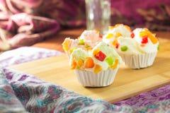 Muffins φρούτων μιγμάτων στον πίνακα Στοκ Εικόνες