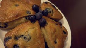 Muffins auf der Platte stock footage